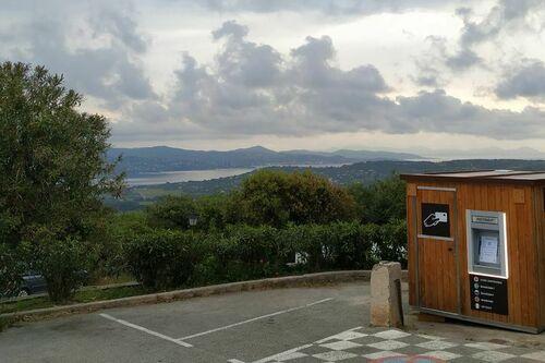 Distributeur automatique de billet de l'office de tourisme de Gassin