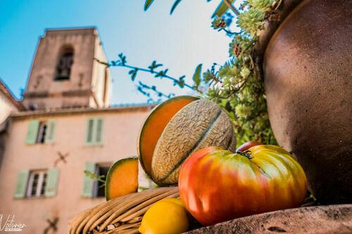 Eglise de Gassin jour de marché provençal - https://gassin.eu