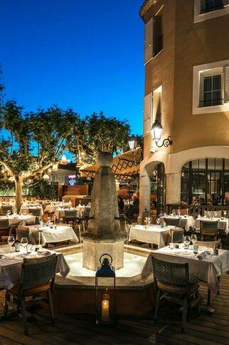 "Night-Club ""Les Caves du Roy"""