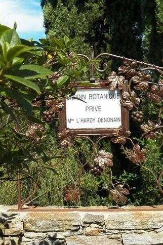 Entrée du jardin remarquable L'Hardy à Gassin - https://gassin.eu